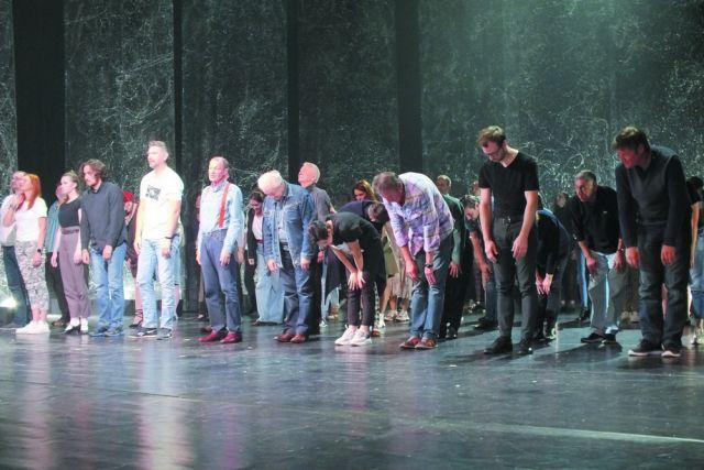 В спектакле задействована почти вся труппа театра.
