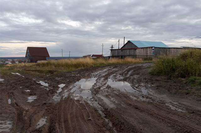 В сухую погоду по единственной дороге ездить можно, но с приходом осенних дождей она превратилась в месиво из грязи и глины.