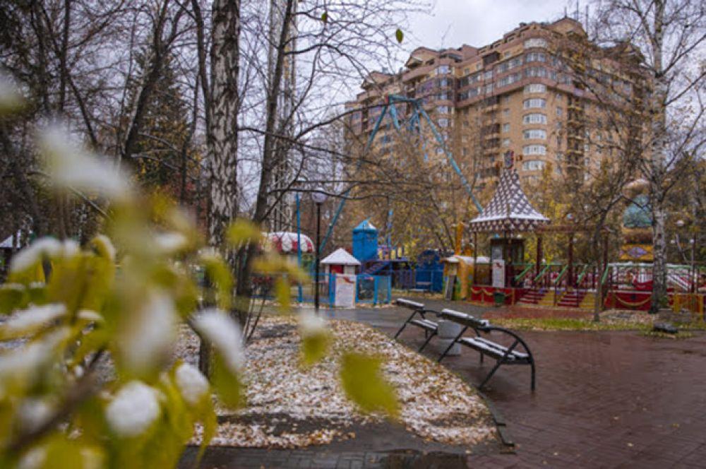 И хоть в город постепенно приходят морозы, парки и скверы становятся от их следов лишь уютнее.