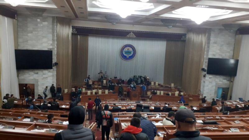 Протестующие в здании парламента.
