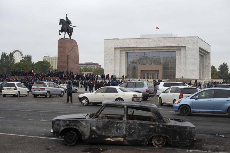Сожженный автомобиль на центральной площади Бишкека Ала-Тоо.