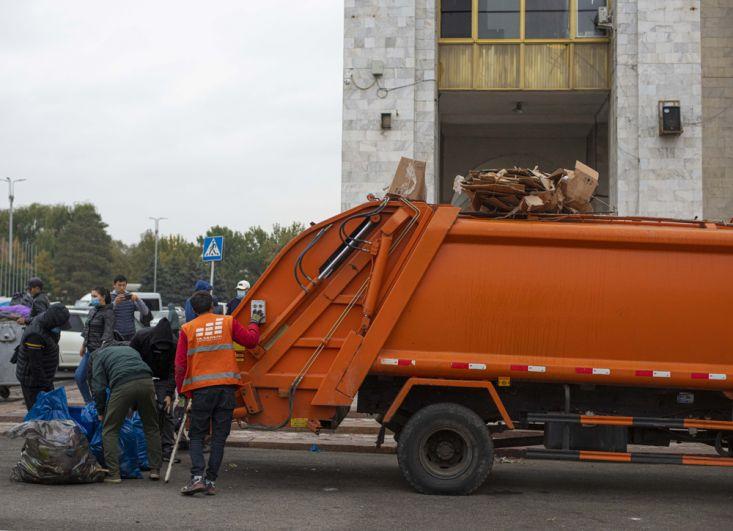 Уборка мусора на центральной площади Бишкека Ала-Тоо, где 5 октября начались протесты сторонников партий, не прошедших в парламент Киргизии на выборах в минувшее воскресенье.