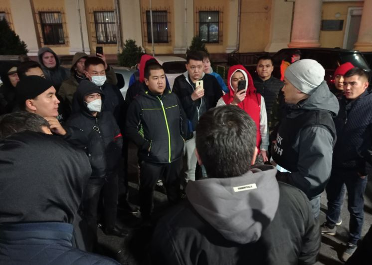 Народные дружинники дежурят у здания мэрии города Бишкек.