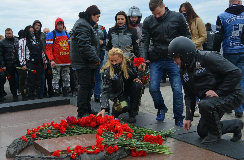Участники мотопробега возложили цветы и почтили память павших героев минутой молчания.