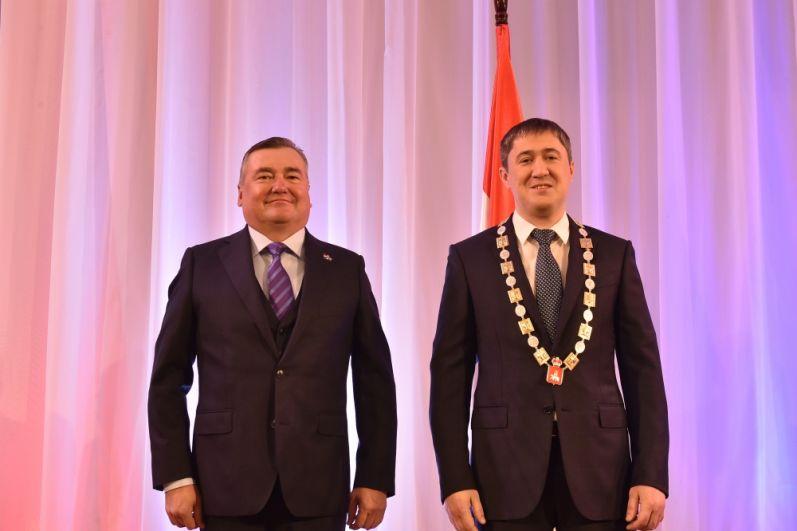 Председатель Законодательного собрания Пермского края Валерий Сухих вручил Дмитрию Махонину знак губернатора.
