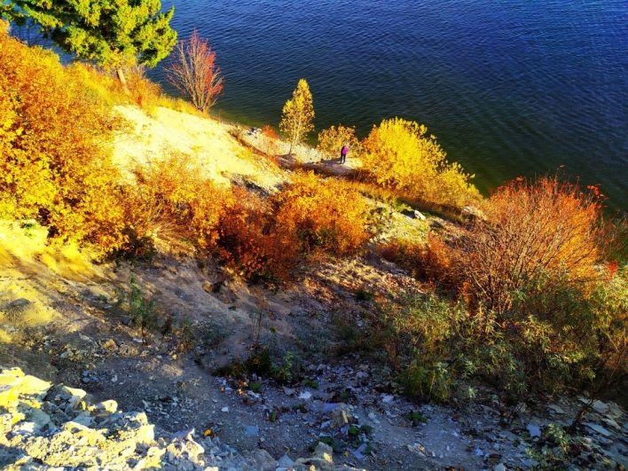 Здесь очень крутые склоны: при спуске вниз нужно быть максимально аккуратными и осторожными.