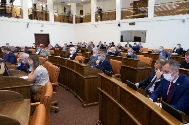 Депутаты внесли в Устав требование, что кандидат на должность губернатора обязан постоянно проживать в Российской Федерации.