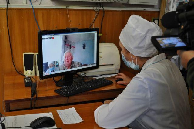 Участковый врач-терапевт Зайнеп Валиуллина, находясь в своём кабинете в Новомайнской городской больнице, консультирует жительницу села Чёрная Речка Зинаиду Шаталину.
