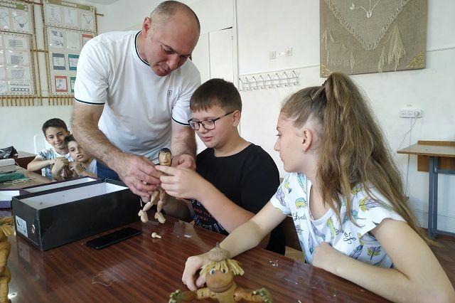 Секреты мастерства Сергей передаёт детям
