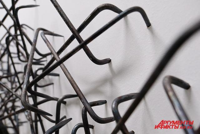 Масштабные инсталляции художницы Елены Слобцевой разместилась на двух этажах музея.