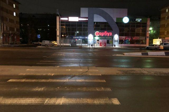 Пешеход пересекал проезжую часть в зоне регулируемого пешеходного перехода.