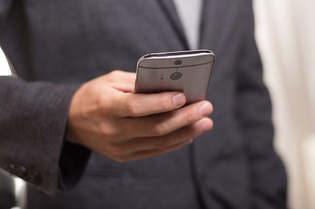 Грабитель связал продавца и унес 7 дорогостоящих телефона.