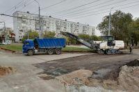 Улицу Туркестанскую в Оренбурге ежедневно делают полсотни дорожников и 40 машин.