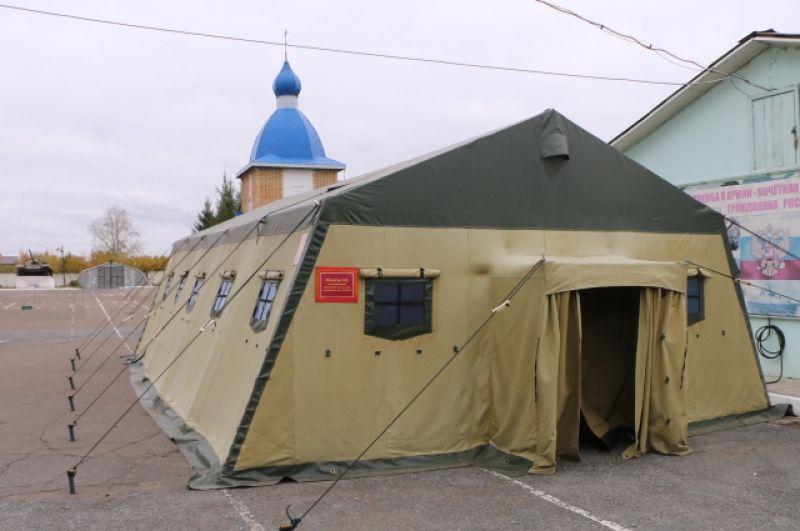 В отапливаемых палатках новобранцы ждут результаты тестов.