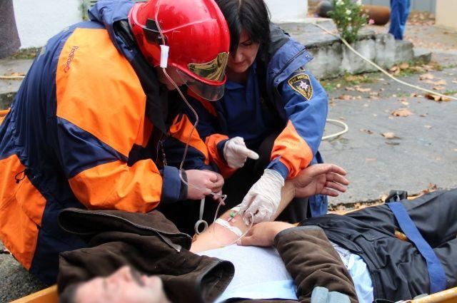 Порой оказывать помощь пострадавшим приходится в условиях совсем не медицинских.