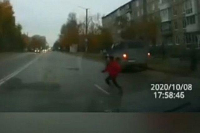 Мальчик выскочил на дорогу перед машиной.