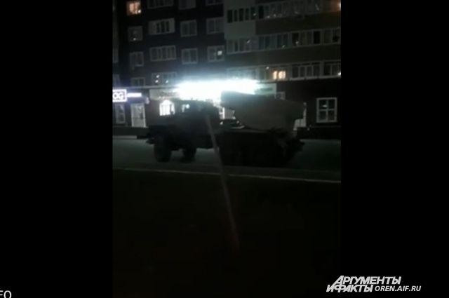 В Оренбурге во дворе жилых домов стоит система залпового огня