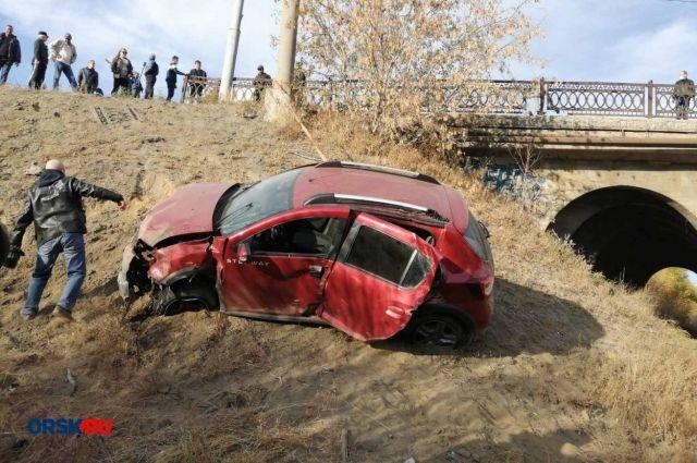 В Орске Renault Sandero слетел в кювет, пробив ограждение моста над железной дорогой.