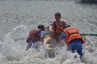 Лодку с рыбаками перевернула бльшая волна.