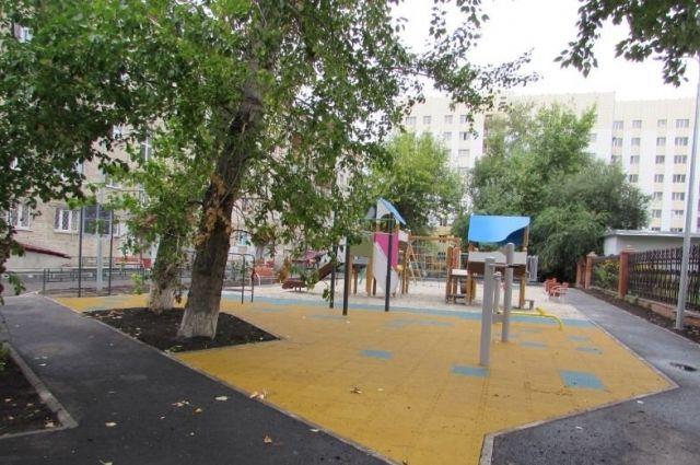 В Тюмени во дворе по улице Луначарского появились две детские площадки