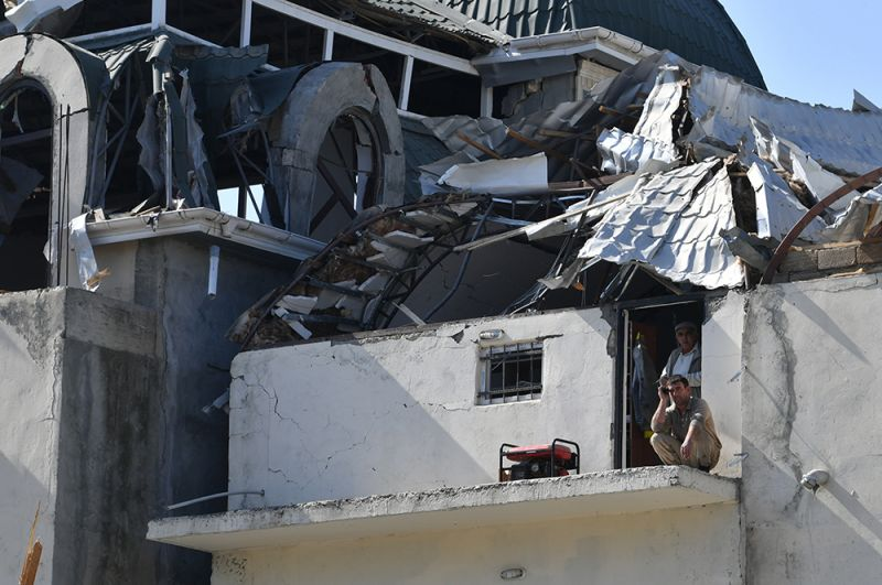 Жители домов, разрушенных в результате обстрела города Гянджа.