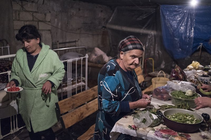 Город Шуши в Карабахе подвергся обстрелу. Жители города спустились в подвалы.