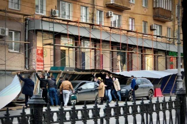 Это уже не первое падение забора около дома на Комсмомольском проспекте, 44. По словам пермячки, в первый раз забор, установленный чуть дальше, упал в прошлом году.