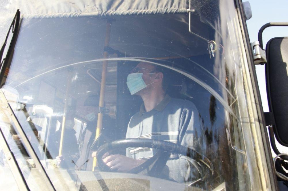 Водители автобусов тоже соблюдают масочный режим.