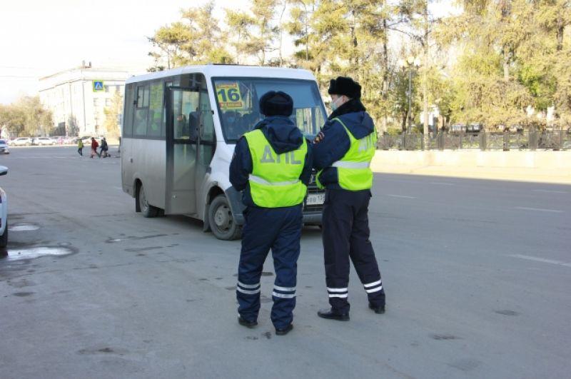 Те, кто продолжает ездить на рабочее место, тоже обязаны применять защитные средства, иначе их оштрафуют.