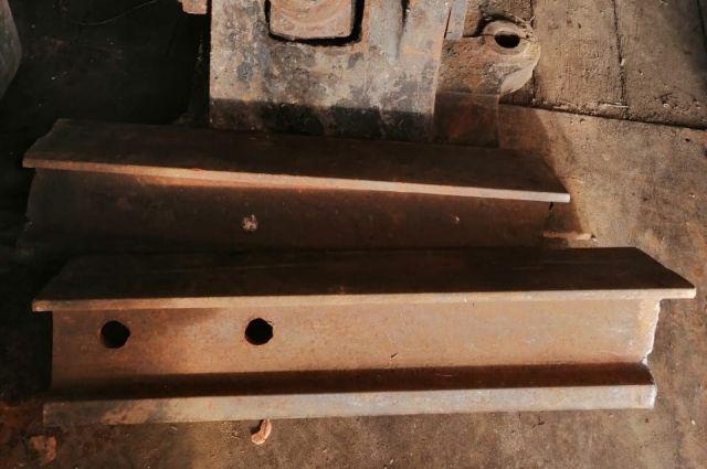 Мужчина откопал рельсы, распилил их и отвёз в металлолом.