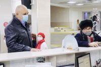 В поликлинике губернатор увидел огромные очереди, пациенты пожаловались на долгие часы ожидания.