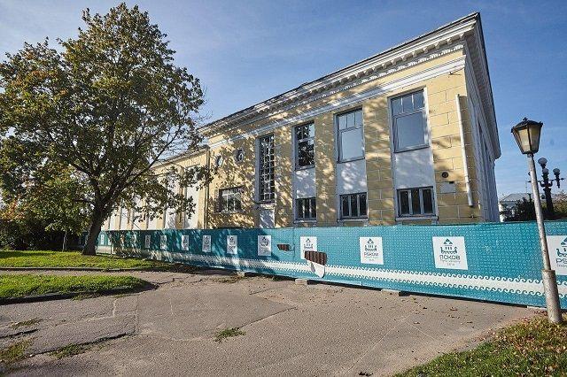 Здание кинотеатра «Октябрь», расположенное в самом сердце города, в минуте от псковского Кремля, вот уже несколько лет закрыто и обнесено забором.