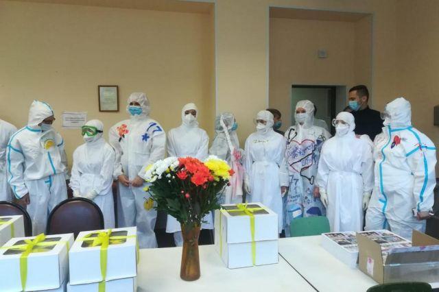 И в СИЗах врачи и медсёстры смотрелись празднично.