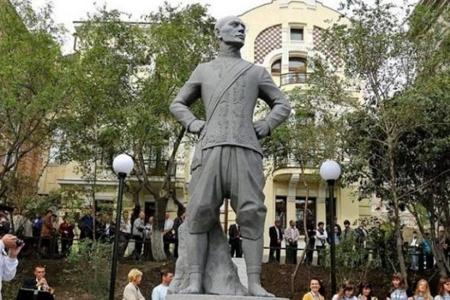 Памятник голливудскому актёру из Владивостока украшает сквер.