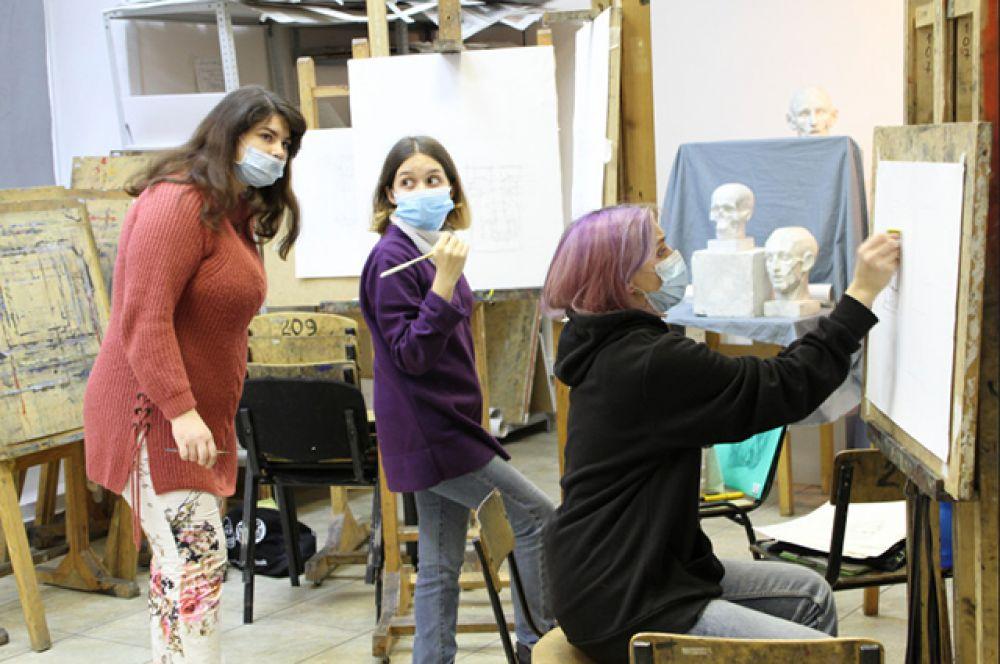 """Студенты колледжей и вузов сегодня тоже в масках. Многие занятия проходят дистанционно, но обучение творческим дисциплинам проводится """"очно"""". И тут предотвращение заражения превыше всего."""