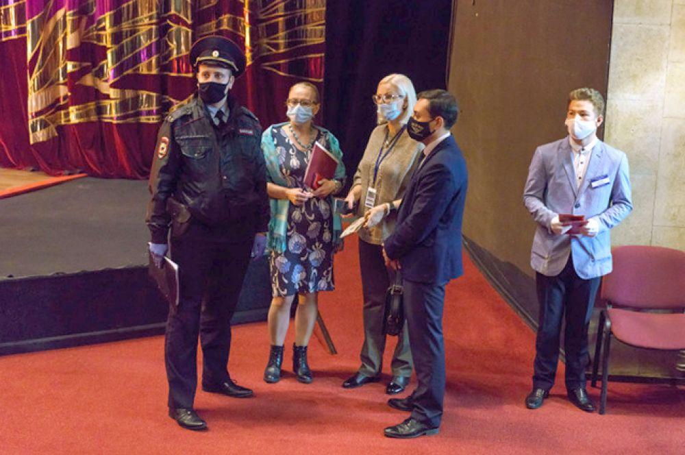 Маски не обходят стороной и культуру. Куда бы ни пришли зрители - на спектакль, концерт или творческий вечер, маска должна быть надета. А за тем, чтобы досуг был безопасным, пристально следят сотрудники учреждений.