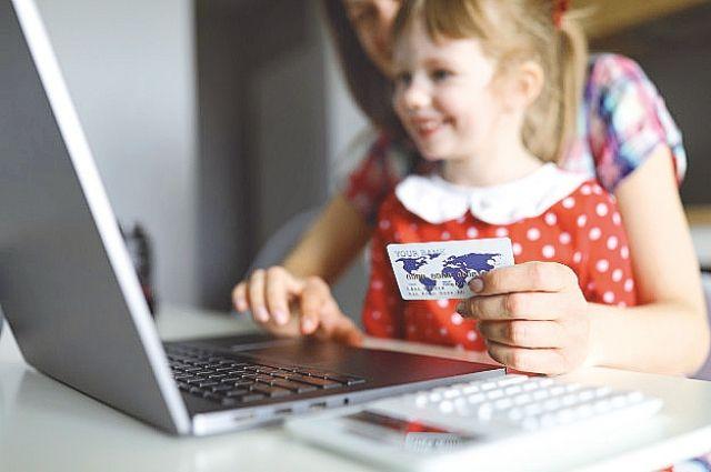Хотя риск мошенничества с картами исключать нельзя, хранить деньги на пластике всё же гораздо удобнее и безопаснее, чем носить с собой наличные. А детям - особенно.