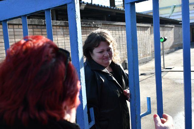 Помилованная Президентом РФОксана Севастиди, осуждённая загосизмену, выходит изследственного изолятора «Лефортово».