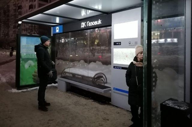 «Умные» остановки больше не умные? Оренбуржцы жалуются на неработающие USB-зарядники для телефонов в электронных остановочных павильонах.