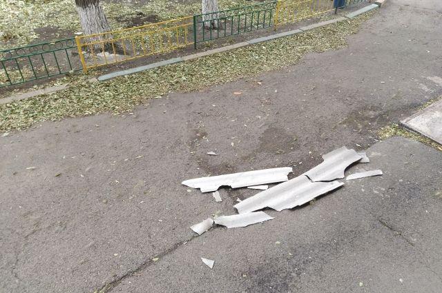 Часть крыши упала возле подъезда – чудом никто не пострадал.