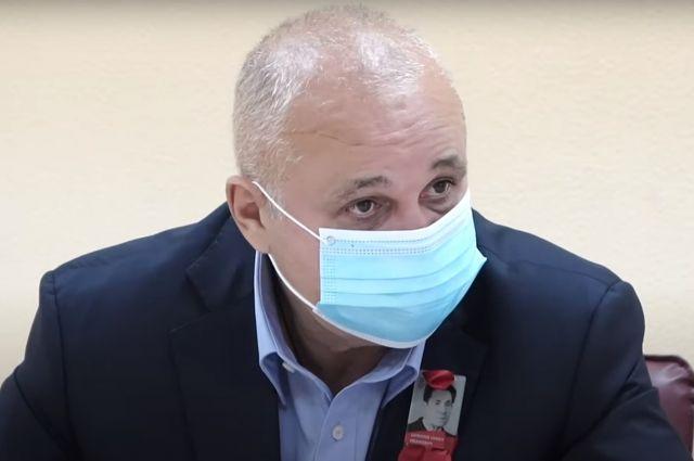 Власти продолжают работать с Минздравом и главврачами больниц.