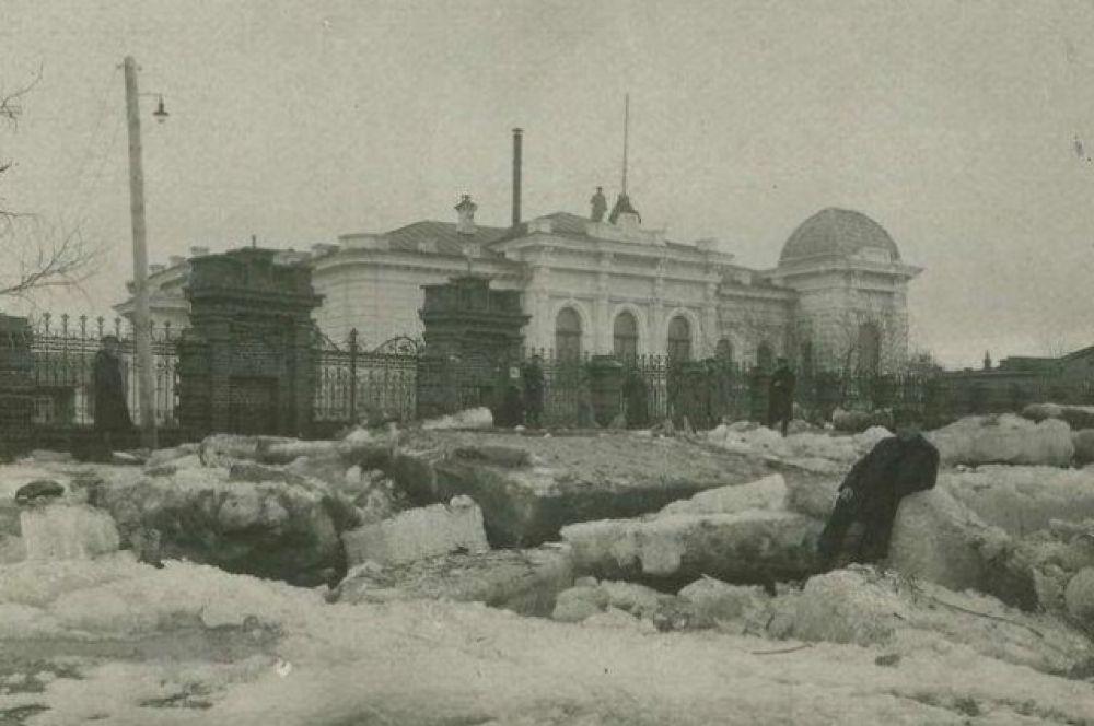 Дом Батюшкиных, 1919 год. На крыше стоит часовой.