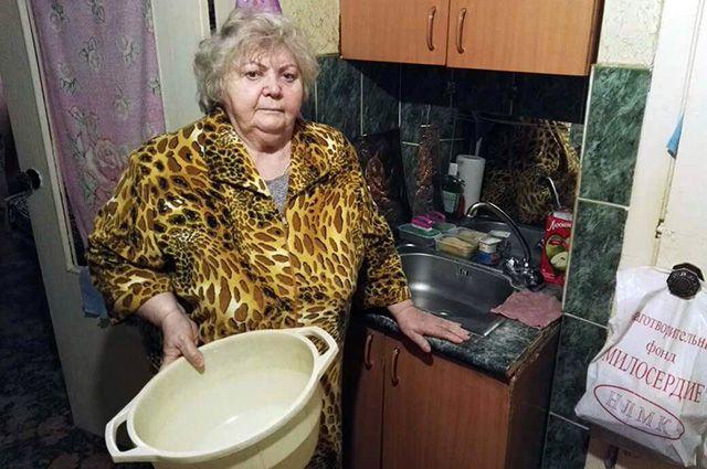 80-летняя Валентина Емельянова живет в крошечной комнатке в общежитии без душа.