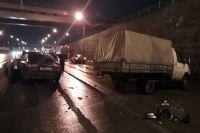 Ночью из-за аварии оказались перекрыты две полосы для движения, однако из-за небольшого потока машин пробки не образовалось.
