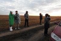 Волонтёры помогают уральскому орнитологу Вадиму Рябицеву считать журавлей.