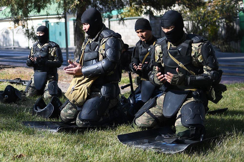 Сотрудники правоохранительных органов в Бишкеке.