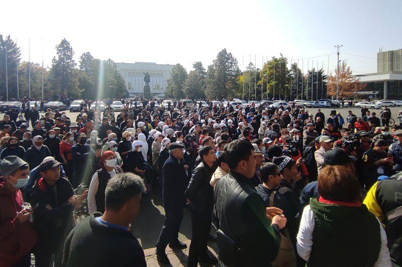 Митингующие у дома правительства в Бишкеке.