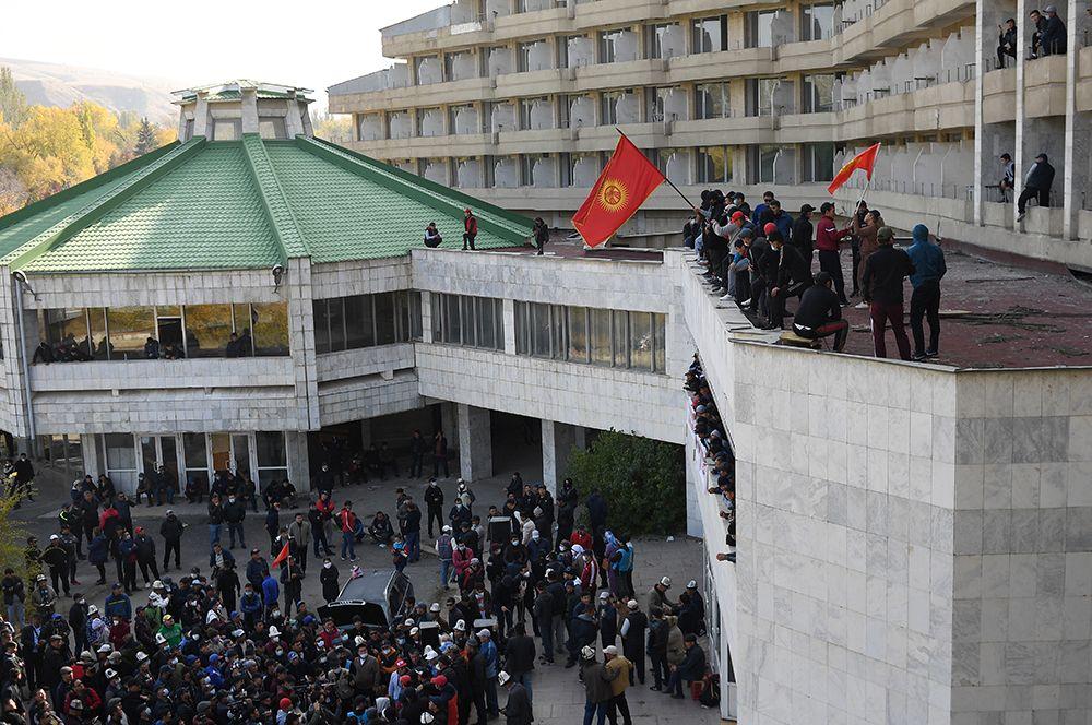 Сторонники премьер-министра Садыра Жапарова на митинге у гостиницы «Иссык-Куль» в Бишкеке.
