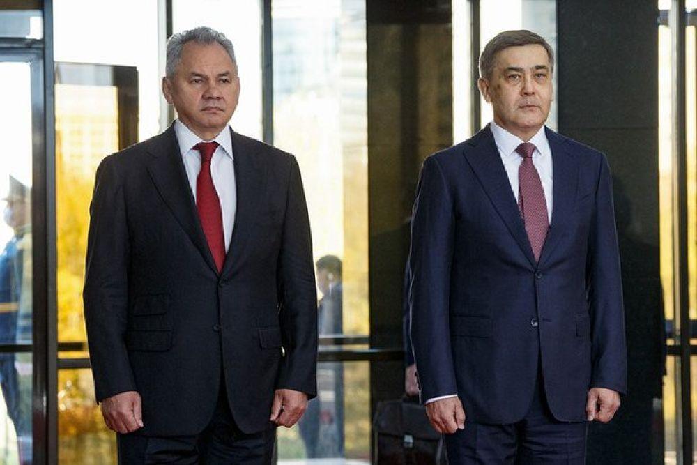 Министры обороны России Сергей Шойгу и Казахстана Нурлан Ермекбаев.