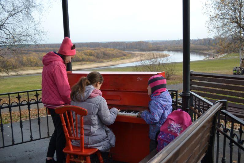 Горожане провожают осень под звуки пианино. На зиму инструмент уберут из парковой беседки.